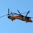 絡み合う救難ヘリコプター