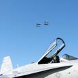 F-18越しのT-4編隊