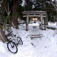 雪除け衣装の静かな神社