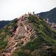 中岳山頂で展望する人たち