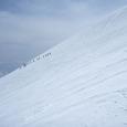 雪渓をハイクアップするツアー軍団