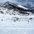 湿雪の雪原を滑る