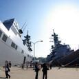 埠頭の巨大艦艇