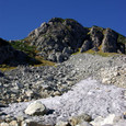 浄土山に雪渓が僅かに残る