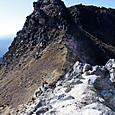 噴気口から南峰を眺める